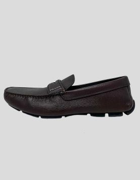 Prada Calzature Uomo pebbled leather driving shoes in brown. Featuring a round toe and sole with rubber grips, along with the brand's iconic enameled metal triangle logo on saddle strap Size 8.5 US